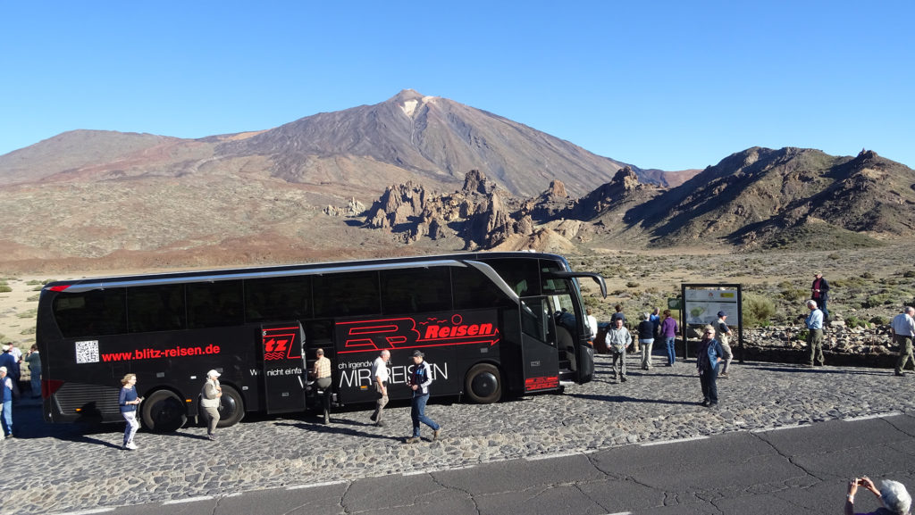 Blitz-Bus beim Fotostopp im Teide-Nationalpark mit Blick auf den Teide auf Teneriffa