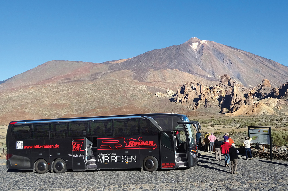 Blitz-Bus beim Fotostopp mit Blick auf den Teide auf Teneriffa