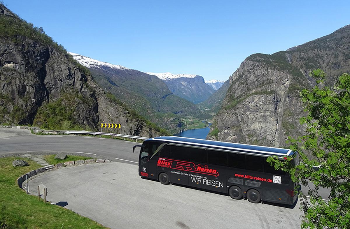 Blitz-Bus beim Fotostopp oberhalb vom Aurlandsfjord in Westnorwegen