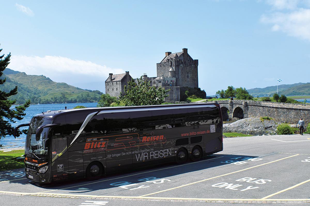 Blitz-Bus vor dem Eilean-Donan-Castle in Schottland