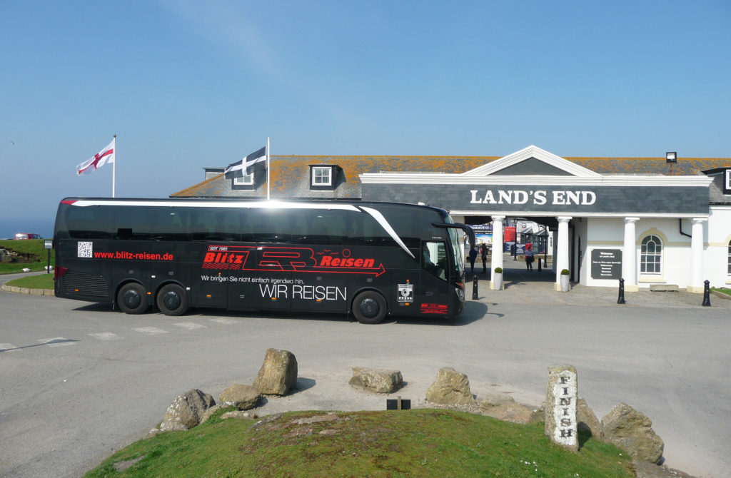 Ein Blitz-Bus bei Lands End in Cornwall