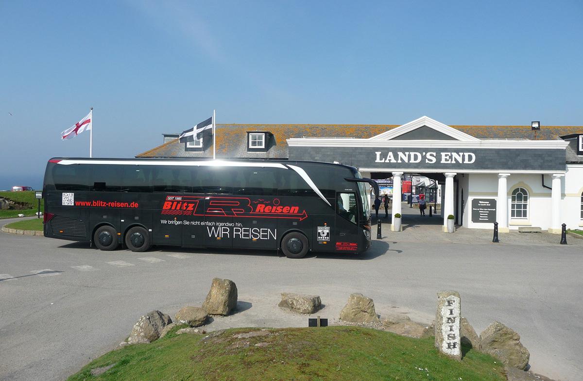 Ein Blitz-Bus bei Lands-End in Cornwall