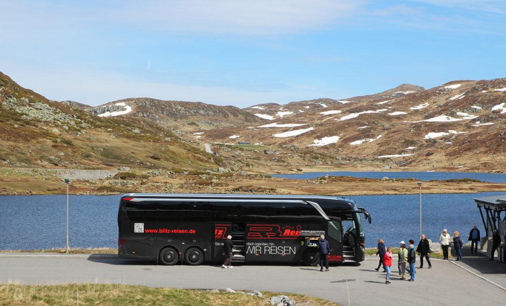 Ein Blitz-Bus bei der Pause am See Håhelleren im norwegischen Hochgebirge