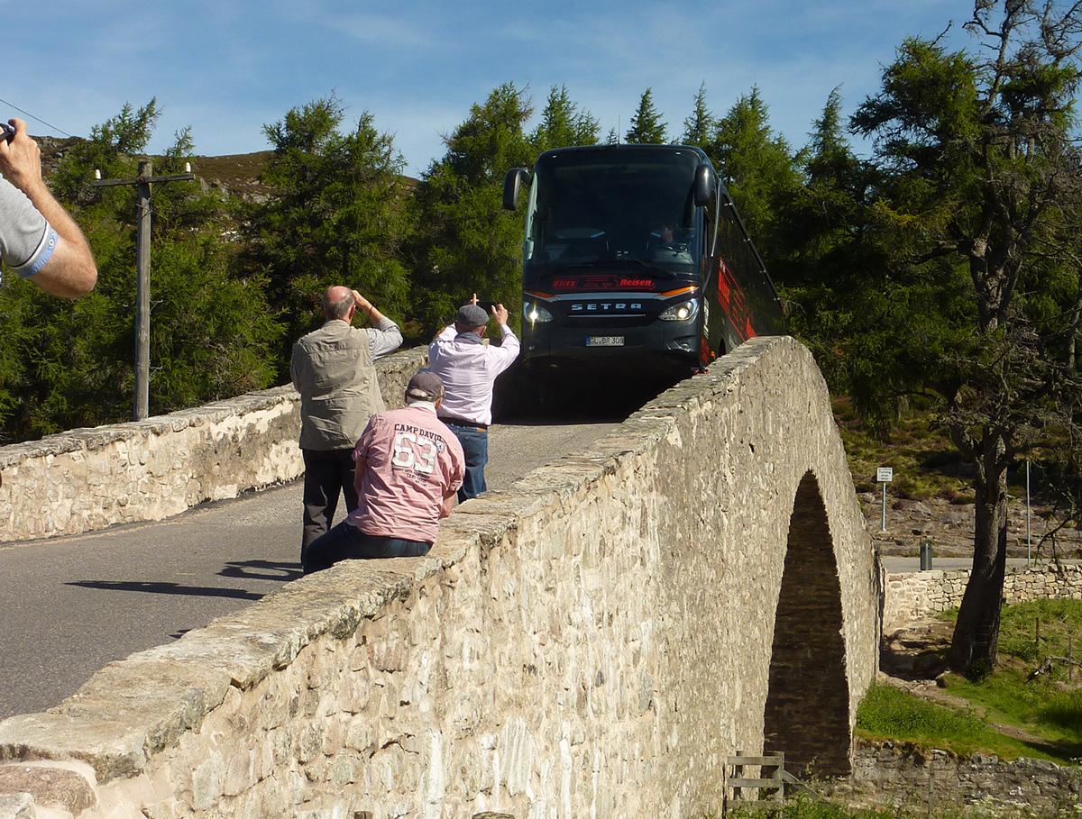 Ein Blitz-Bus bei einer Brückenüberquerung in den Highlands in Schottland