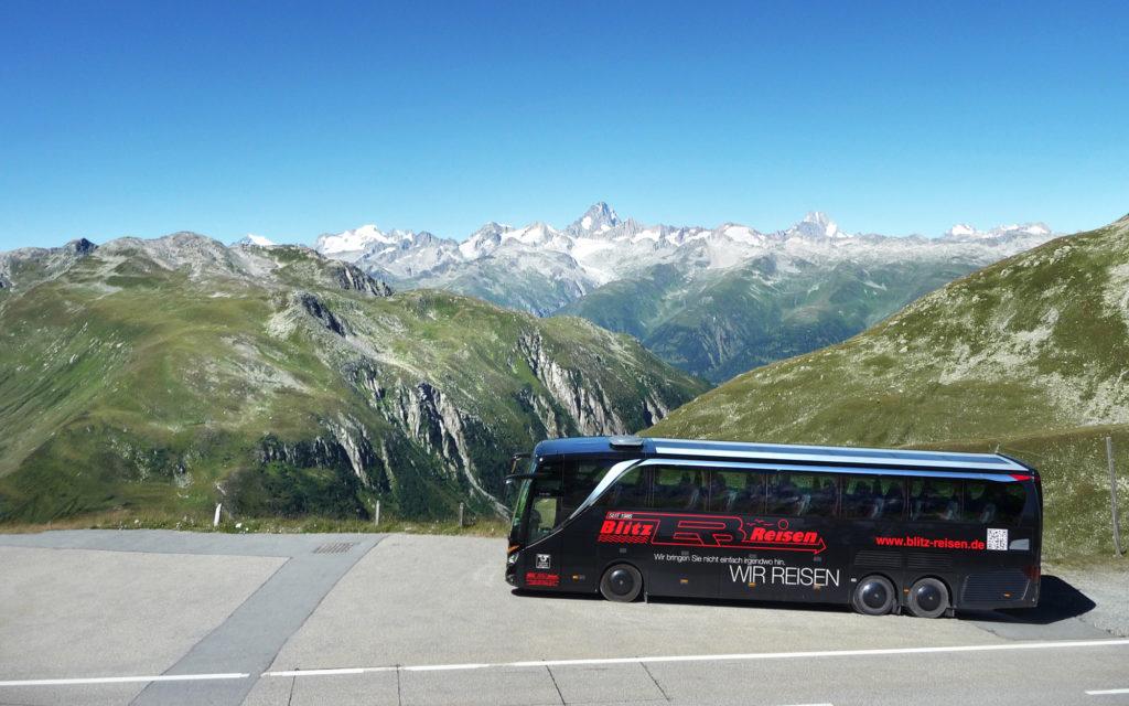 Ein Blitz-Bus in den Schweizer Alpen