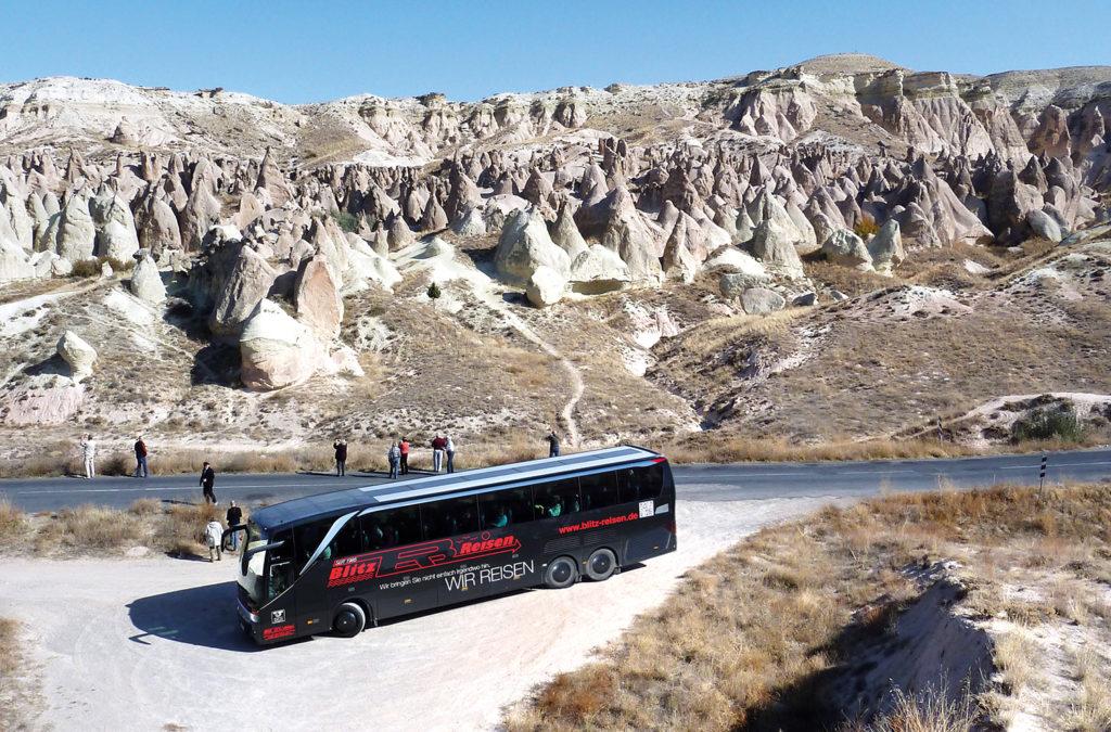 Ein Blitz-Bus in der typischen Tuffkegellandschaft Kappadokiens in der Türkei