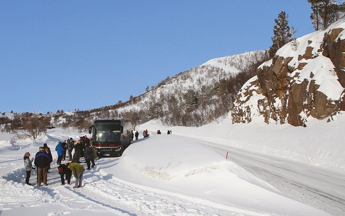 Ein Blitz-Bus macht eine Pause auf den winterlichen Vesterålen in Nordnorwegen