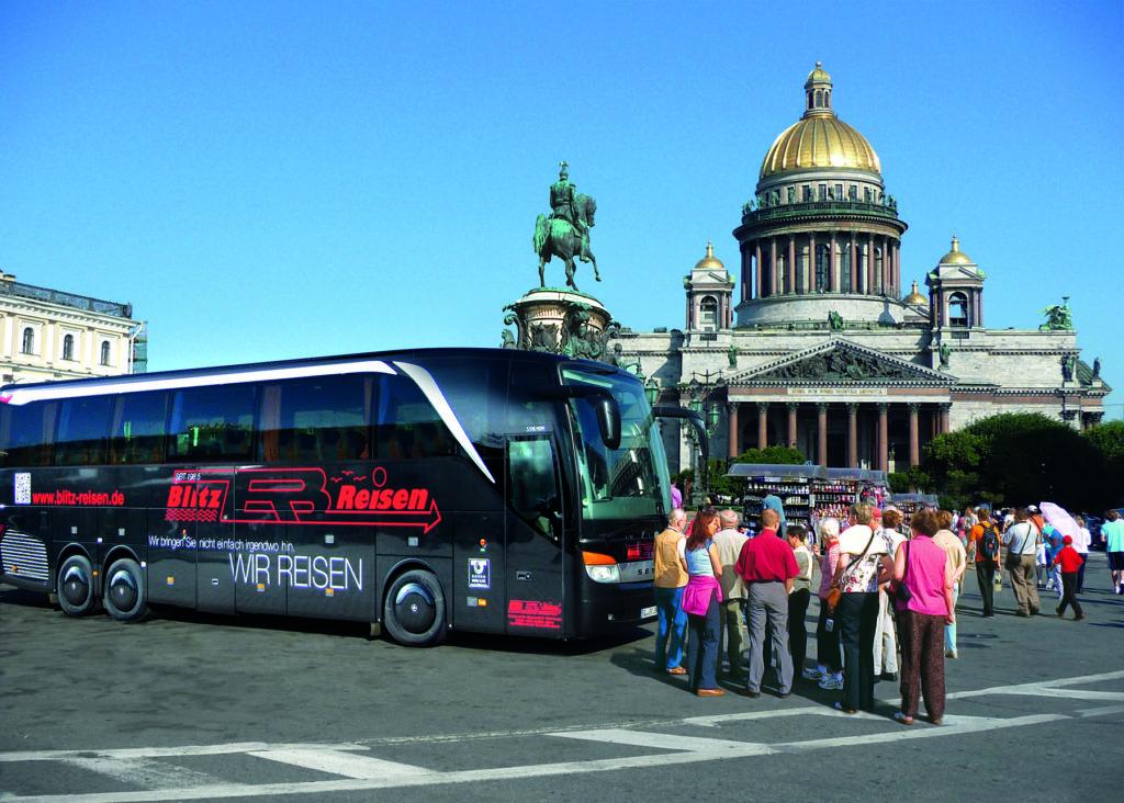 Ein Blitz-Bus und die Reisegruppe vor der Isaaks-Kathedrale in St. Petersburg in Russland