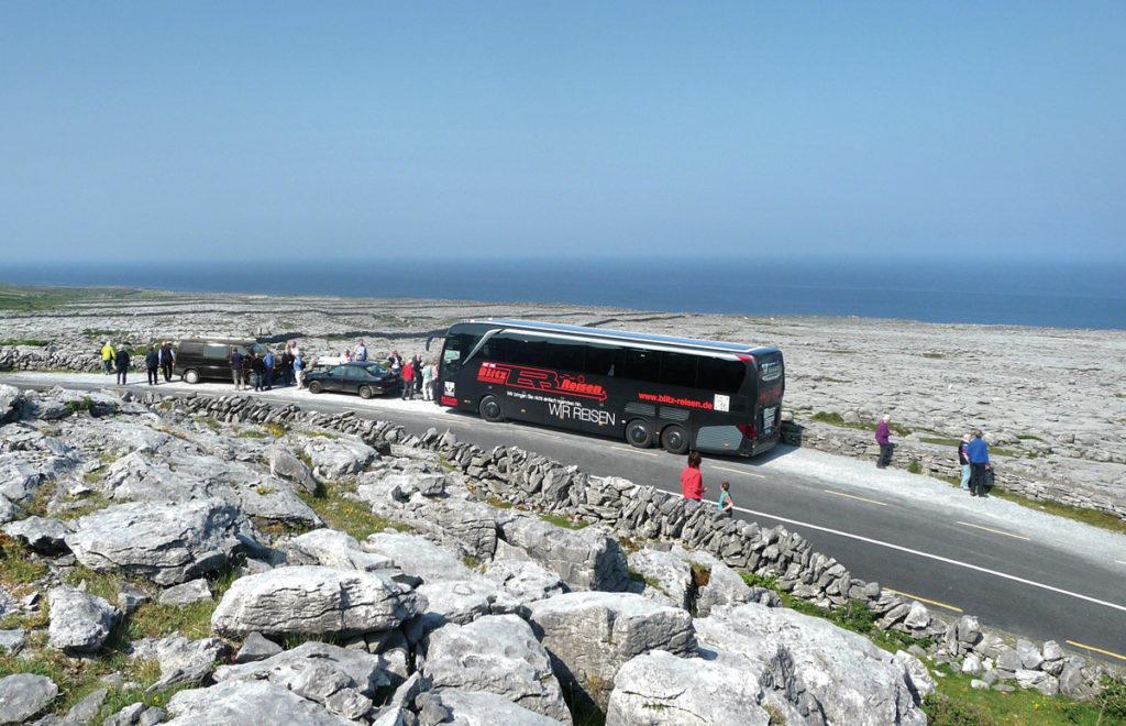 Ein Blitz-Bus unterwegs beim Fotostopp im Burren im Westen Irlands