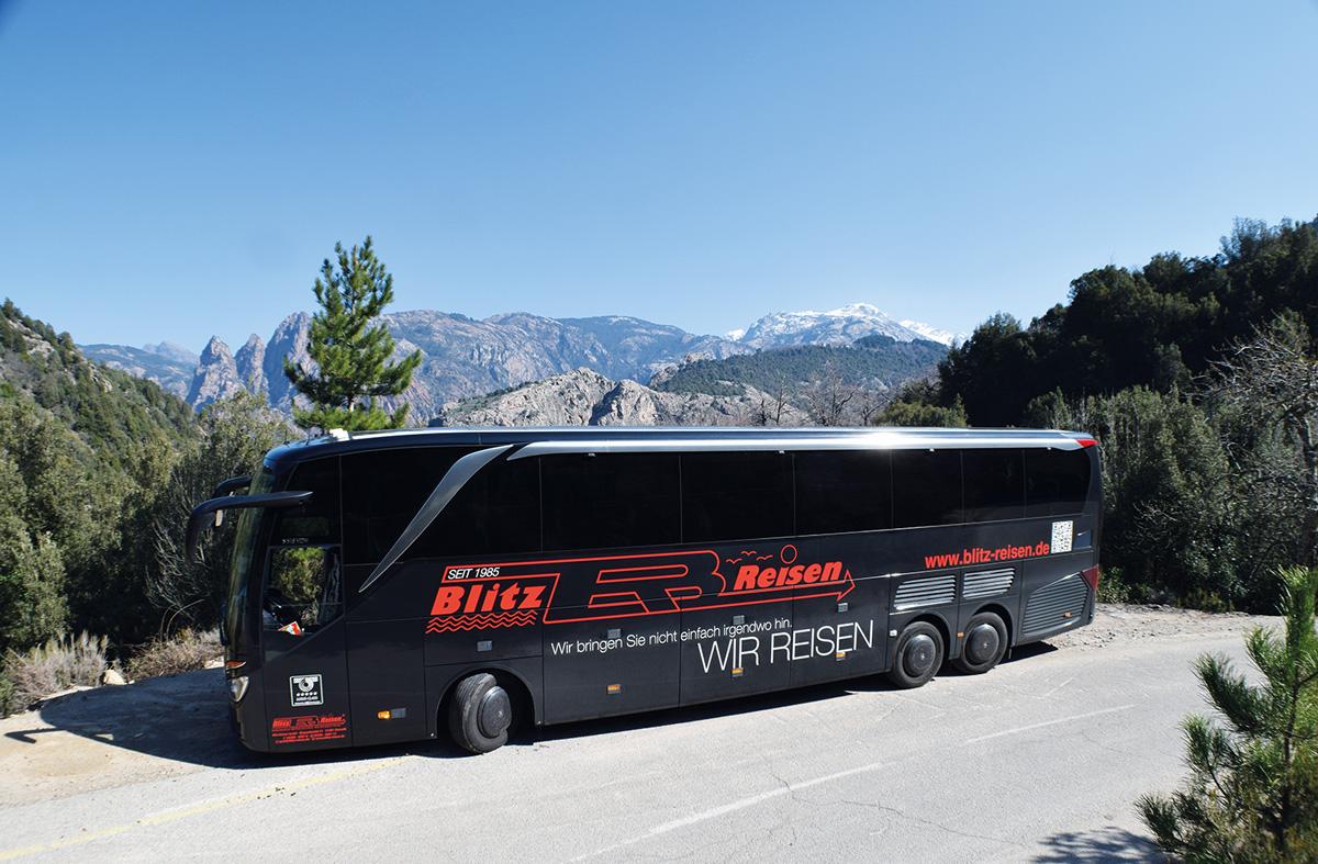 Ein Blitz-Bus unterwegs in de -Bergen Korsikas