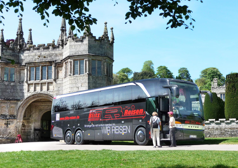 Ein Blitz-Bus vor Lanhydrock House in Cornwall