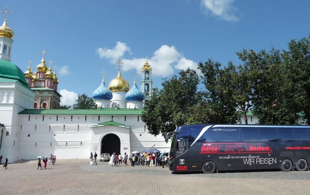 Vor dem Kloster Sergijew Possad nahe Moskau in Russland