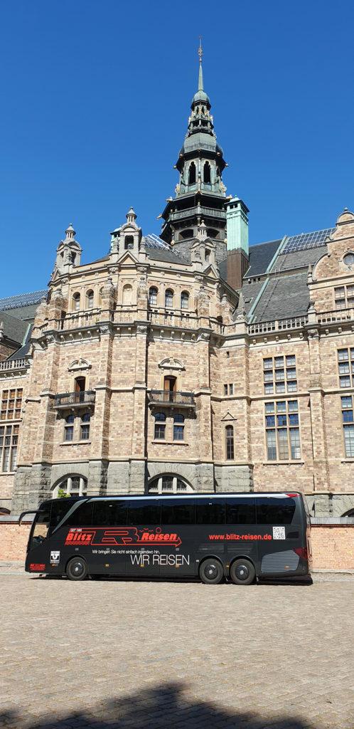 Ein Blitz-Bus vor dem Nordischen Museum in Stockholm in Schweden