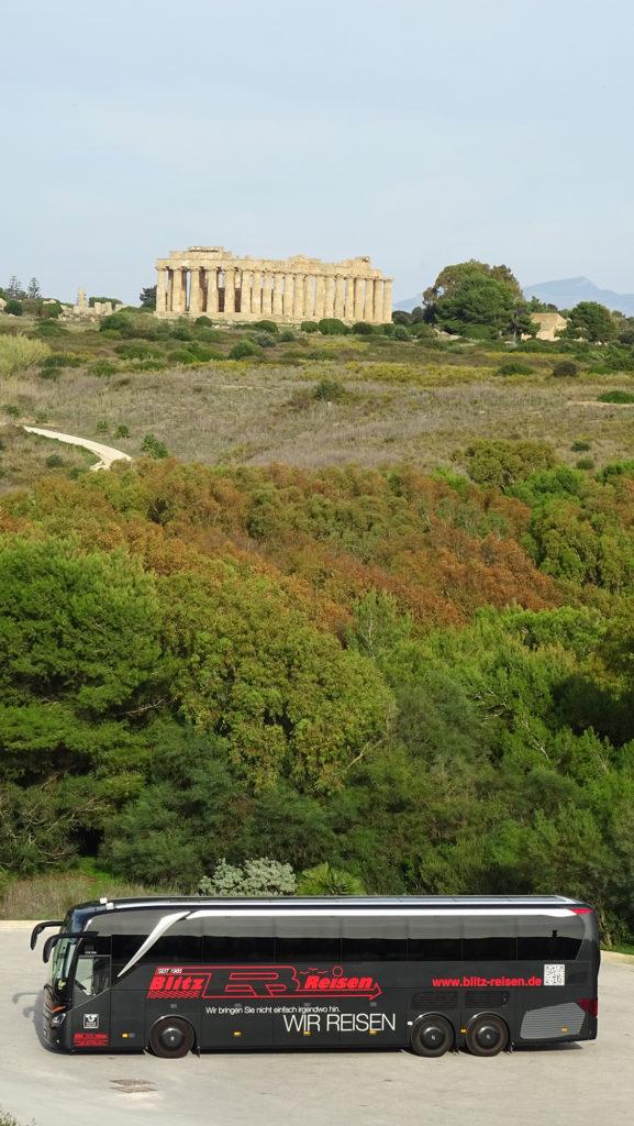 Ein Blitz-Bus vor dem Tal der Tempel in Agrigent auf Sizilien
