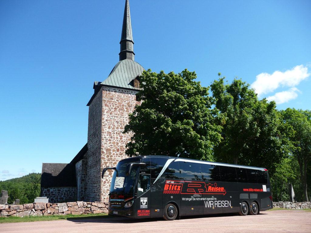 Ein Blitz-Bus vor der Kirche in Sund auf den Åland Inseln