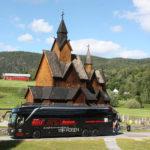 Norwegen gehört mit zu den faszinierendsten Reiseländern in Europa. Eine einzigartige und majestätische Natur erwartet Sie. Seit über 30 Jahren reisen wir nach Norwegen und kaum ein anderer Veranstalter bietet Ihnen ein so breites Spektrum an hochwertigen Rundreisen mit Bus-/Fähranreise oder Fluganreise. Auf dem Bild sehen Sie einen unserer *****Luxus-Class-Reisebusse und unsere Reisegruppe bei einem Fotostopp am Sysendam-Stausee an der Hardangervidda. Im Hintergrund ist der Hardangergletscher zu sehen.