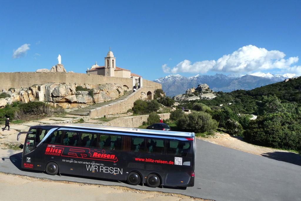 Ein Blitz-Bus vor der Wallfahrtskapelle Notre Dame de la Serra auf Korsika