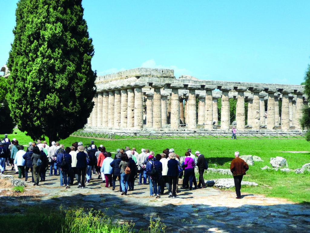 Eine Blitz-Gruppe bei der Besichtigung von Paestum in Kampanien in Italien