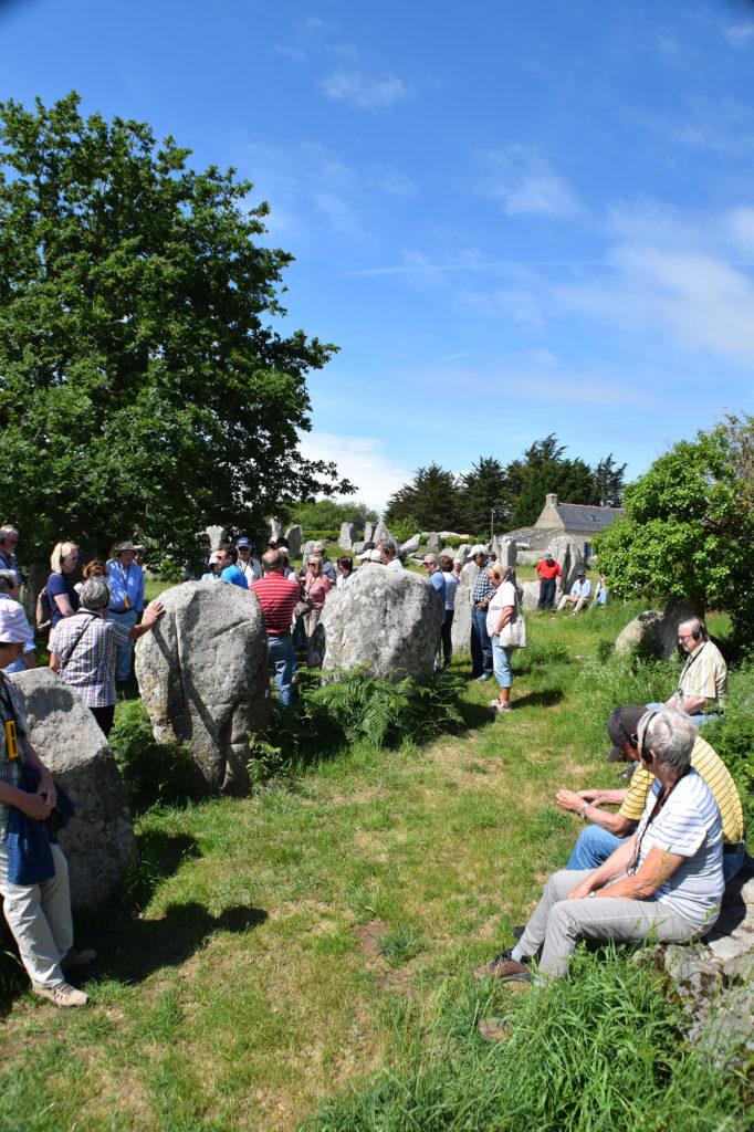 Eine Blitz-Gruppe bei der Besichtigungen der Steinfelder von Carnac in der Bretagne