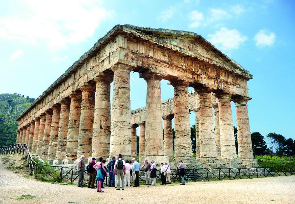 Eine Blitz-Gruppe im Tal der Tempel in Agrigent auf Sizilien