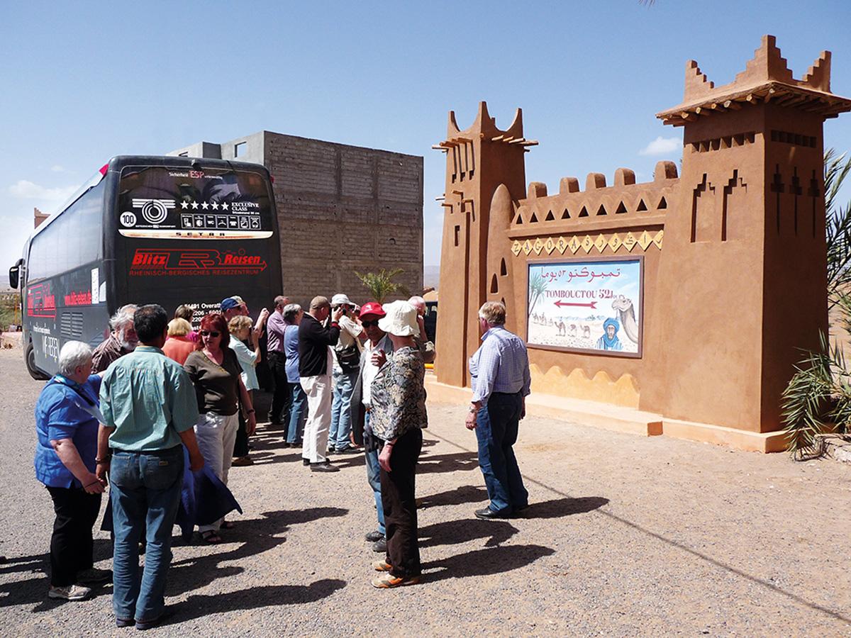 Fotostopp in Zagora in Marokko: von hier aus benötigte früher die Kamelkarawane 52 Tage bis Timbuktu