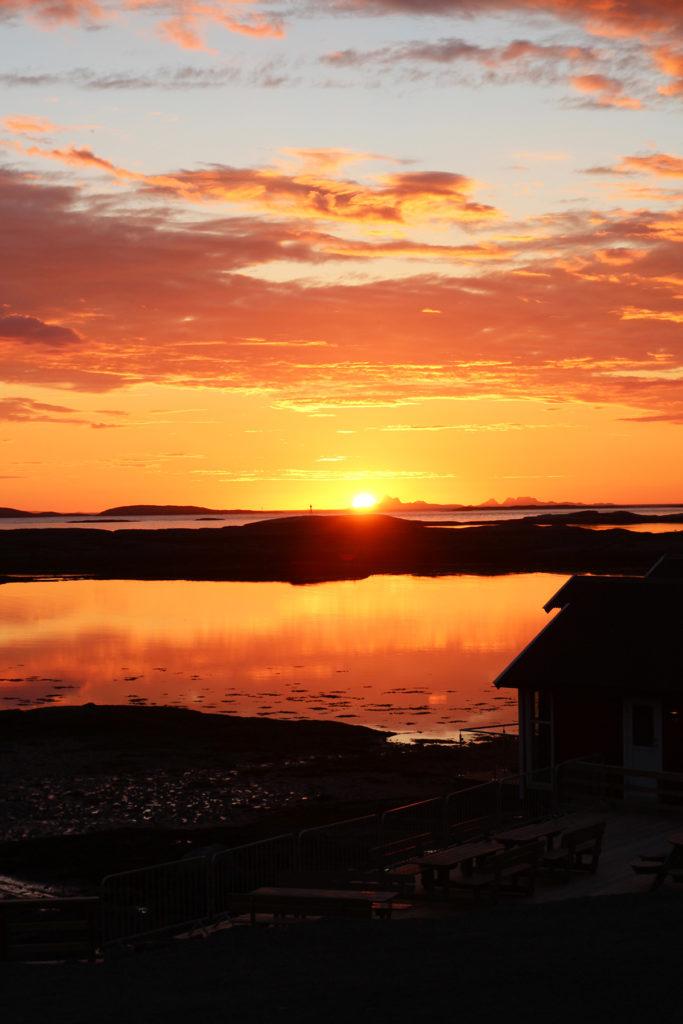 Mitternachtssonne an der Helgelandsküste in Norwegen