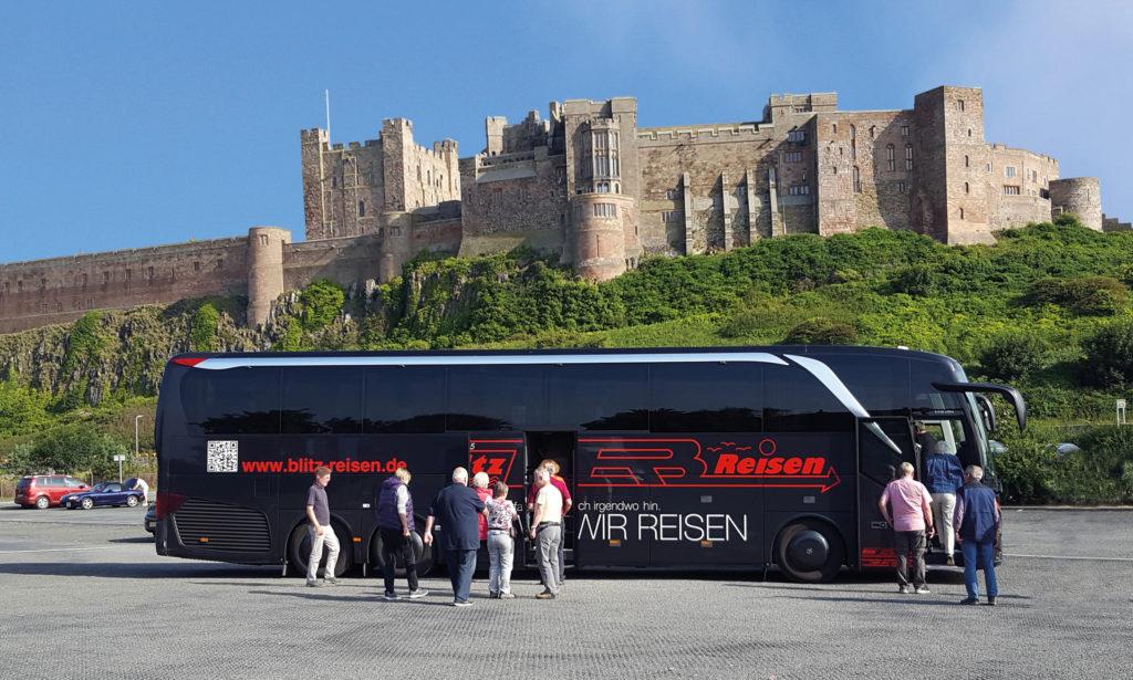 Ein Blitz-Bus vor Bamburgh Castle in Nordengland